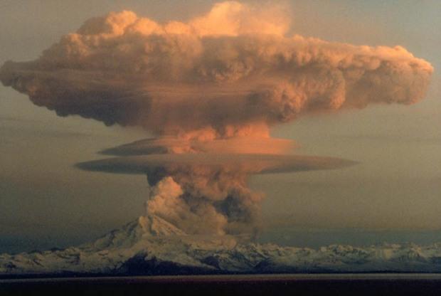 mount-redoubt-volcano-eruption-on-april-21-1990-alaska