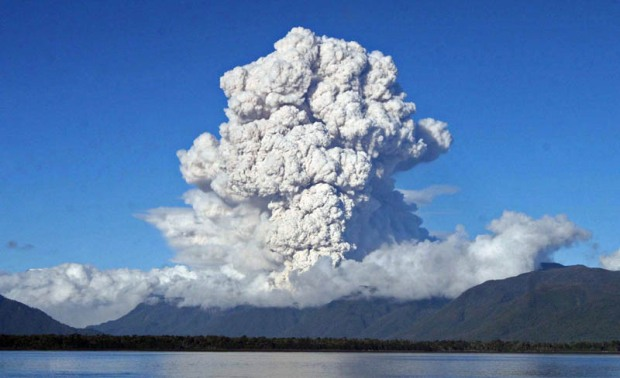 plume-of-ashes-cloud-chaiten-volcano-eruption-2008